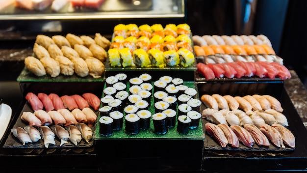 Divers sushis et makis tels que toro, hamachi, maquereau, tamago maki et concombre.