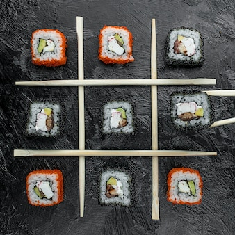 Divers sushis de poisson sur la table