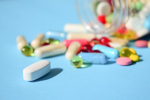 Divers types de pilules et capsules lumineuses multicolores