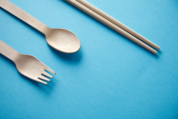 Divers ustensiles de cuisine à emporter: baguettes asiatiques