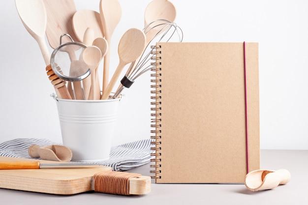 Divers ustensiles de cuisine. livre de recettes, concept de cours de cuisine