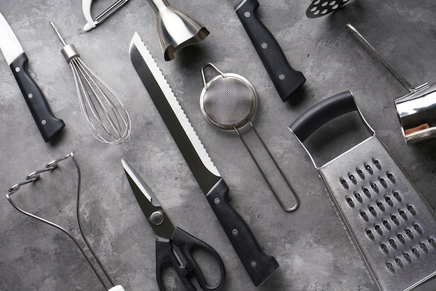 Divers ustensiles de cuisine sur table grise, gros plan.