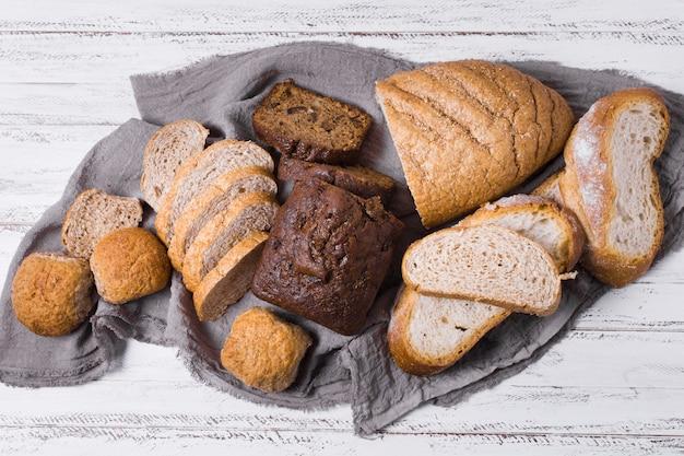 Divers vue de dessus de pain blanc et de grains entiers