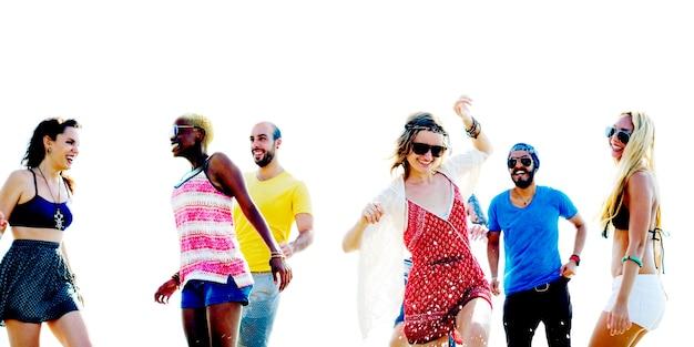 Diverse plage summer friends concept de course à pied amusant