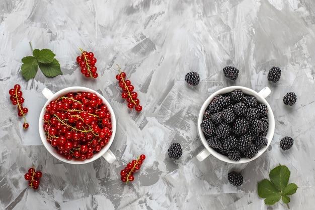 Diverses baies fraîches d'été, myrtilles, groseille rouge, fraises, mûres, vue de dessus.