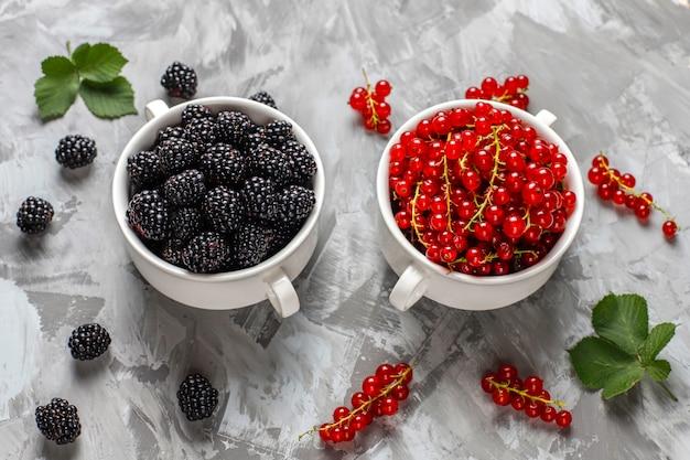 Diverses baies fraîches d'été, myrtilles, groseilles rouges, fraises, mûres, vue de dessus.