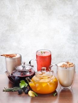 Diverses boissons d'automne et d'hiver sur fond clair