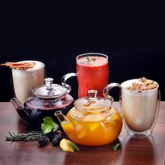 Diverses boissons d'automne et d'hiver sur fond sombre