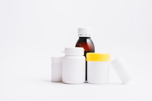 Diverses bouteilles en plastique pour les pilules