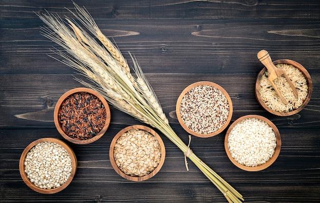 Diverses céréales biologiques naturelles et graines de grains entiers dans des bols