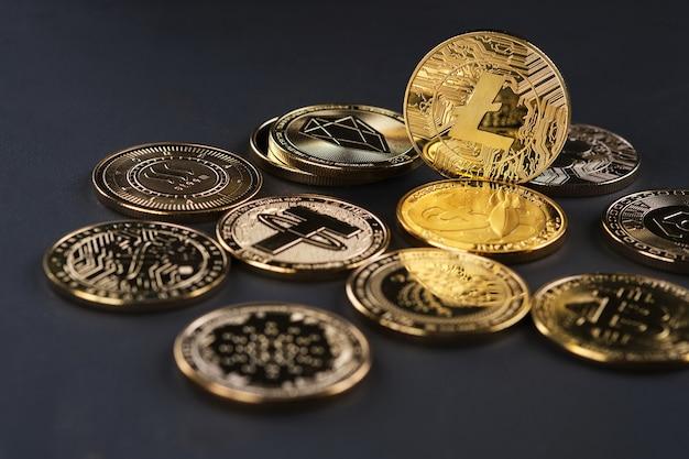 Diverses crypto-monnaies dorées sur fond noir, mettant en évidence la crypto-monnaie litecoin.