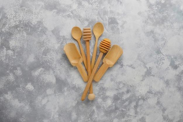 Diverses cuillères en bois avec planche à découper en bois fait main sur béton gris