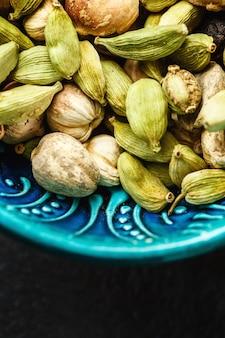 Diverses épices à la cardamome dans un authentique bol turc