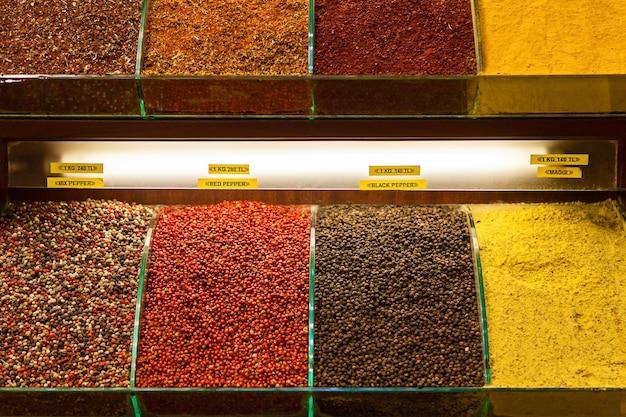 Diverses épices sur un comptoir sur le grand bazar à istanbul, turquie