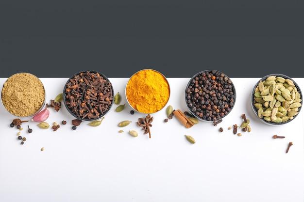 Diverses épices dans un bol sur blanc. vue de dessus avec espace de copie.