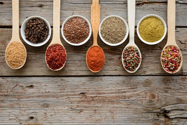 Diverses épices sur un fond sombre. ingrédients alimentaires. il peut être utilisé comme arrière-plan