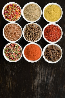 Diverses épices sur un fond sombre. ingrédients alimentaires