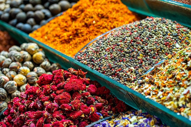 Diverses épices en poudre et tisane aux fruits et légumes secs