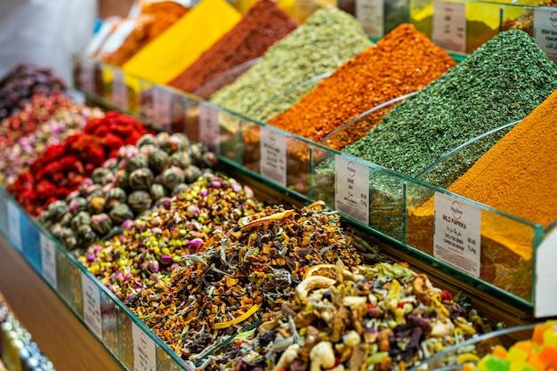 Diverses épices et tisanes aux fruits et légumes secs sur le marché