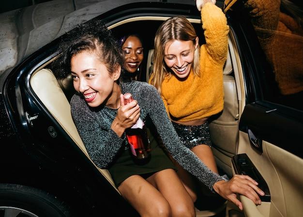 Diverses femmes à l'arrière d'un taxi