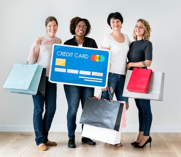 Diverses femmes avec des icônes de magasins