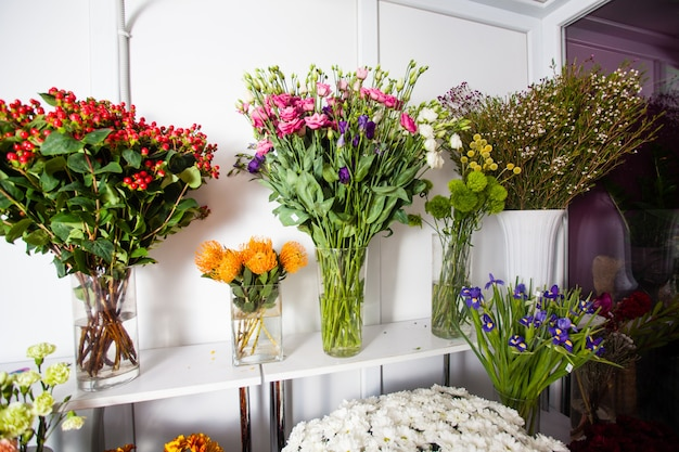 Diverses fleurs fraîches sur le marché aux fleurs