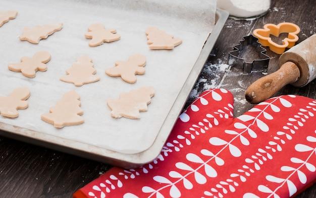 Diverses formes de pâte à biscuits sur une plaque à pâtisserie