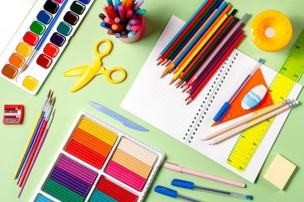 Diverses fournitures scolaires sur un bureau