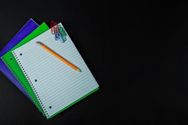 Diverses fournitures scolaires ou de bureau.
