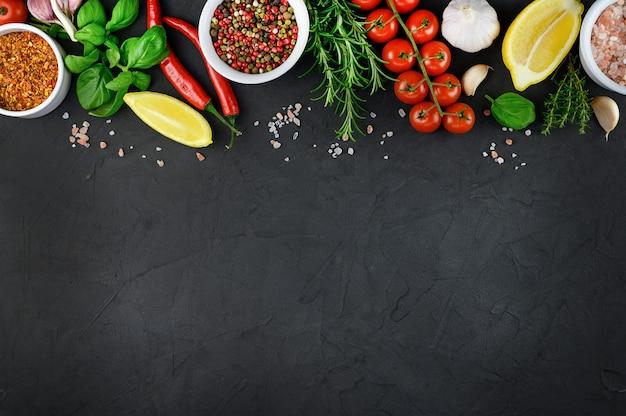 Diverses herbes et épices colorées pour la cuisson sur fond sombre, copiez l'espace. photo de haute qualité