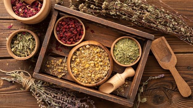 Diverses herbes naturelles dans une boîte en bois