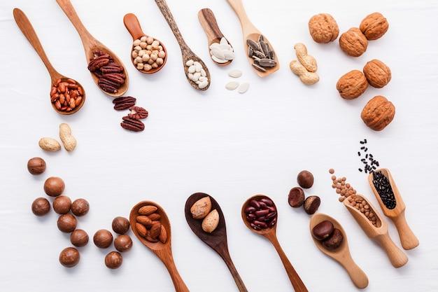 Diverses légumineuses et différentes sortes de noix