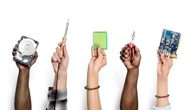 Diverses mains tenant des pièces électroniques