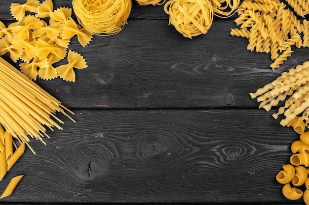 Diverses pâtes sur bois rustique