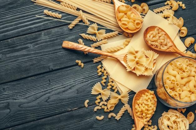 Diverses pâtes sur des cuillères