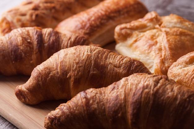 Diverses pâtisseries fraîchement préparées sur une planche à découper en bois. collation savoureuse.