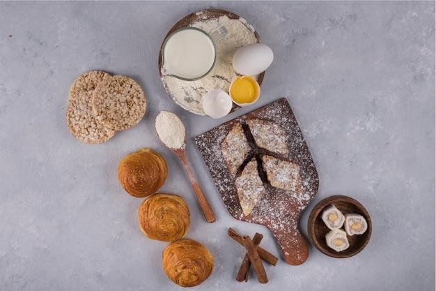 Diverses pâtisseries et ingrédients sur la table