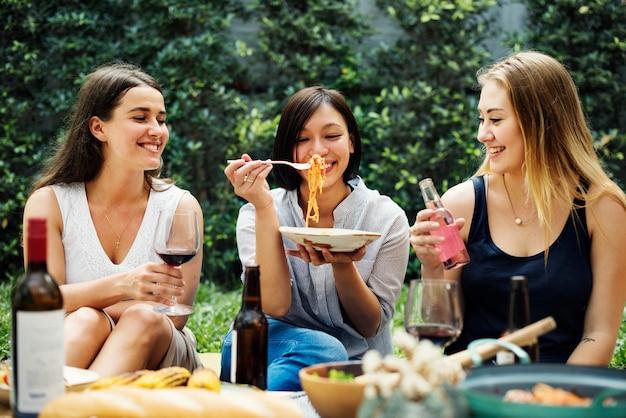 Diverses personnes appréciant la nourriture ensemble