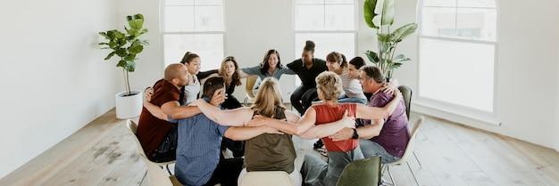 Diverses personnes dans une session de groupe de soutien