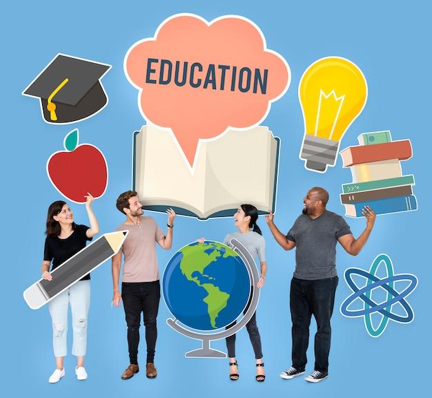 Diverses personnes détenant des icônes éducatives