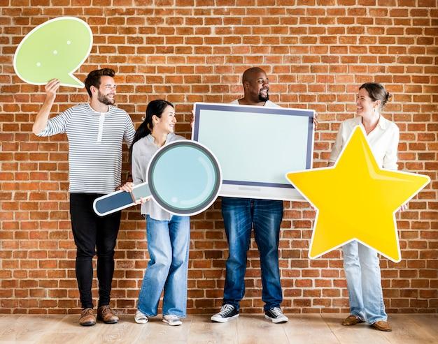 Diverses personnes détenant des icônes sociales