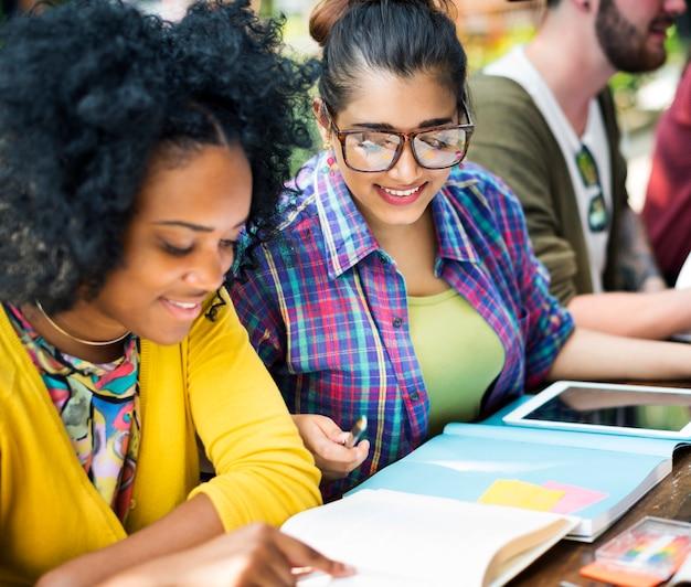 Diverses personnes étudient les étudiants campus concept