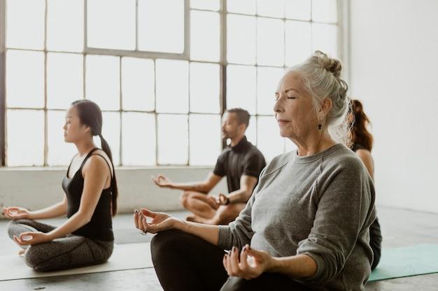 Diverses personnes méditant dans un cours de yoga