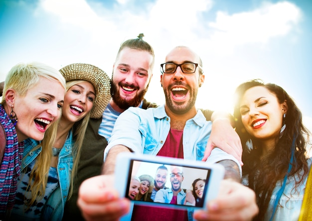 Diverses personnes plage summer friends fun selfie concept