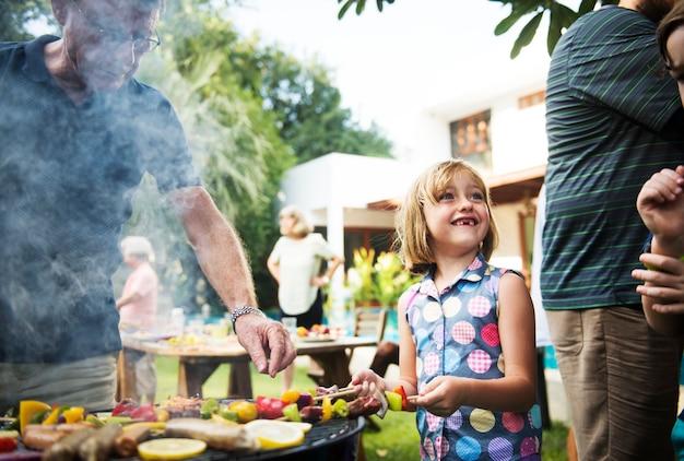 Diverses personnes profitant d'un barbecue ensemble