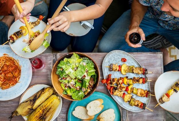 Diverses personnes qui mangent ensemble