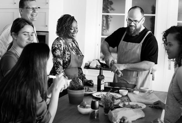 Diverses personnes rejoignant le cours de cuisine