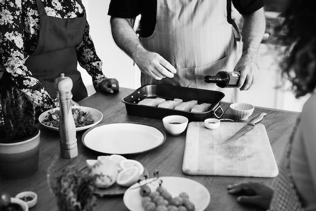 Diverses personnes se joignant à un cours de cuisine