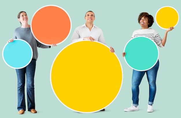 Diverses personnes tenant des cercles colorés
