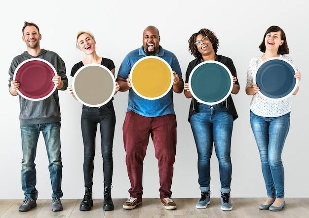Diverses personnes tenant une planche ronde vierge